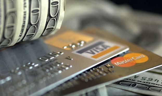 Créditos de consumo en EE.UU. crecen poco por caída en uso de tarjetas