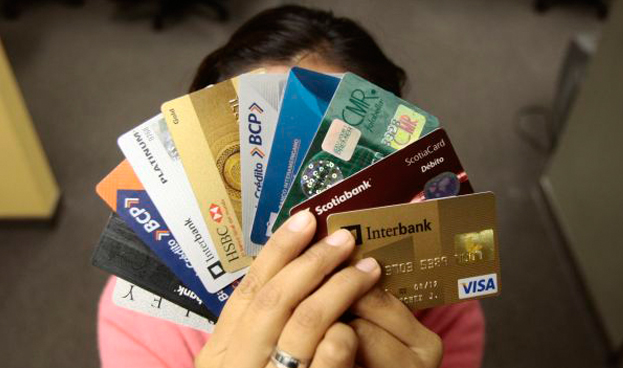 Peruanos gastan casi mil 500 millones de dólares empleando tarjetas