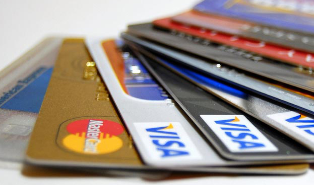 Emisión de tarjetas de crédito en México lleva un año a la baja