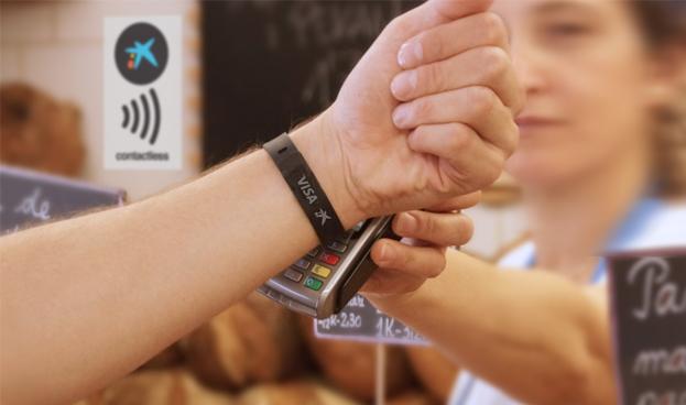 En España CaixaBank lanza la primera pulsera Visa contactless