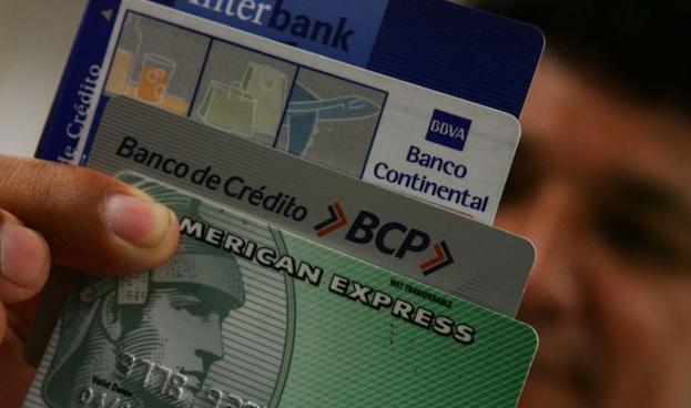 Peruanos dejan de lado la tarjeta de crédito y compran más al contado
