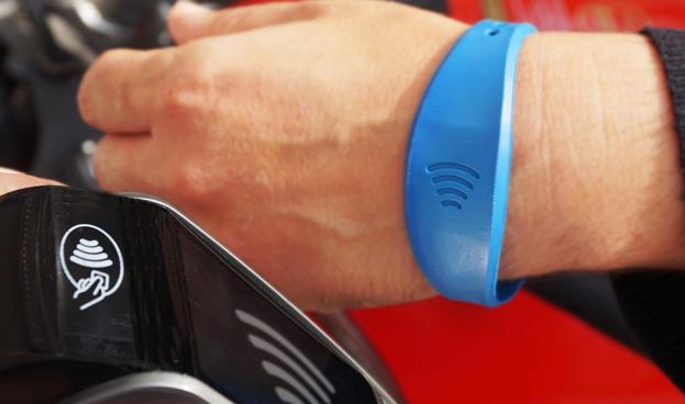 CaixaBank supera los 20.000 clientes de pulseras Visa contactless