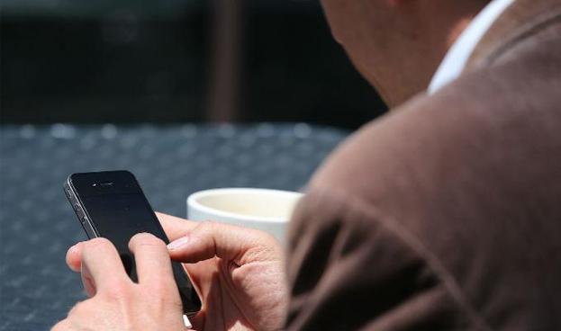 Más latinos utilizan banca móvil