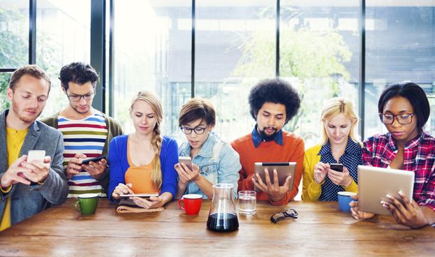 El 27 % de jóvenes entre 16 y 24 años prefiere tener celular antes que cuenta bancaria