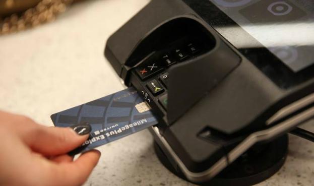 Comercios que no aceptan tarjetas con chip, víctimas de estafadores en Estados Unidos
