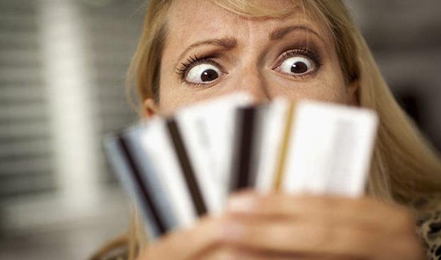 Argentinos recortan compras en cuotas con tarjetas de crédito