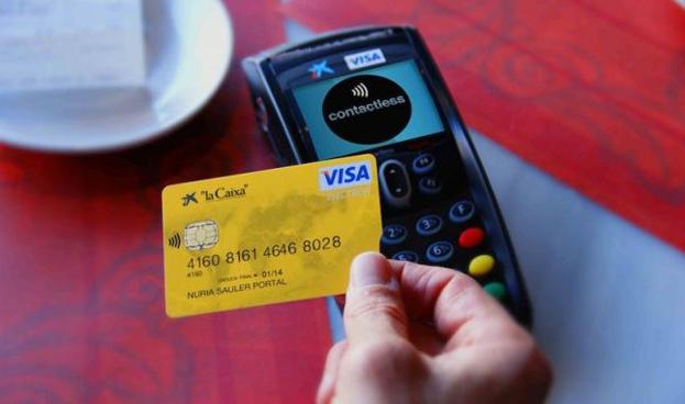España: las compras con tarjeta superan por primera vez a las de efectivo