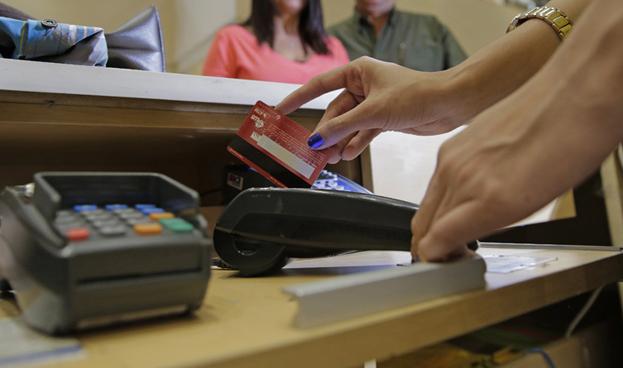 Ecuador: consumo con tarjetas de crédito se reduce en 2016