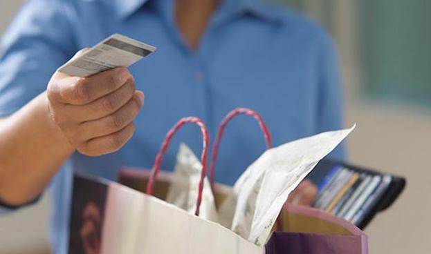 En España los hombres gastan un 23% más con tarjetas que las mujeres