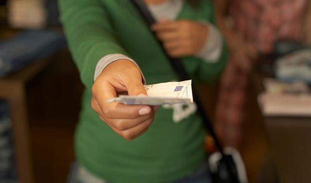 El dinero en efectivo resistirá una generación más en España