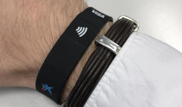 G&D y Caixabank regalaron pulseras para pagos sin contacto entre visitantes del MWC
