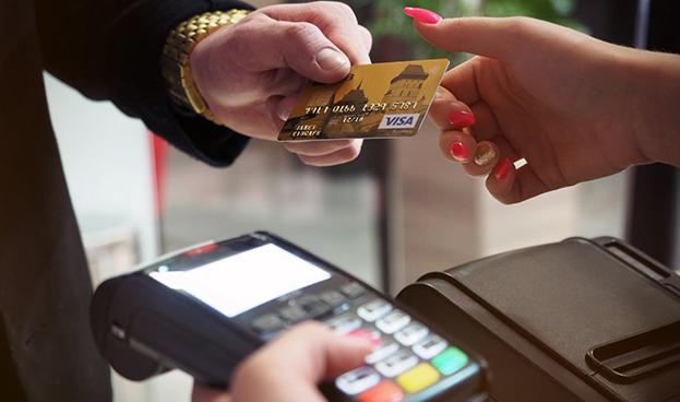 En Italia impondrán multas a quienes no acepten tarjetas