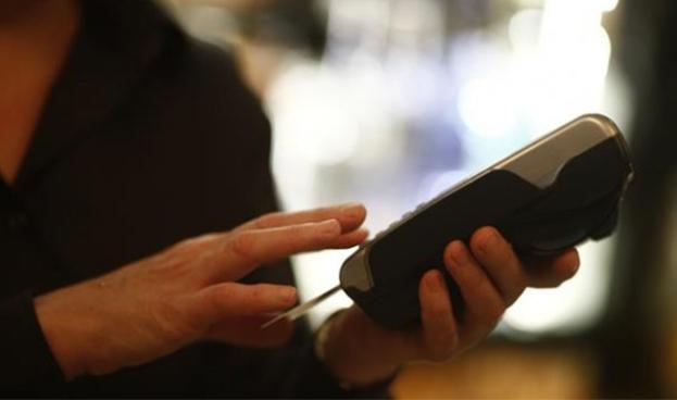 En España crece el uso de la tarjeta de crédito mientras se reduce el número de cajeros
