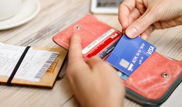 El 22% de los españoles llega a fin de mes financiándose con tarjetas de crédito