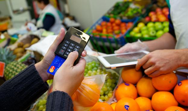 La guerra entre tarjetas y dinero en efectivo se decide en España