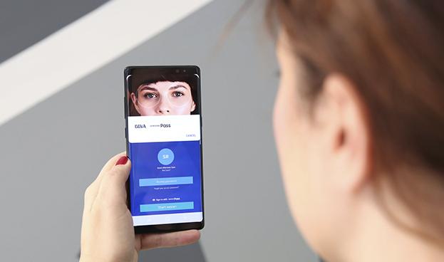 BBVA, primer banco que usa el reconocimiento de iris para operar por móvil