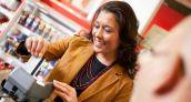 Los venezolanos utilizan sus tarjetas de crédito para compras en supermercados y farmacias
