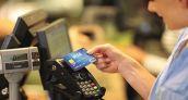 Los españoles podrían evitar acumular hasta 341 millones en otras divisas pagando con tarjeta en vacaciones